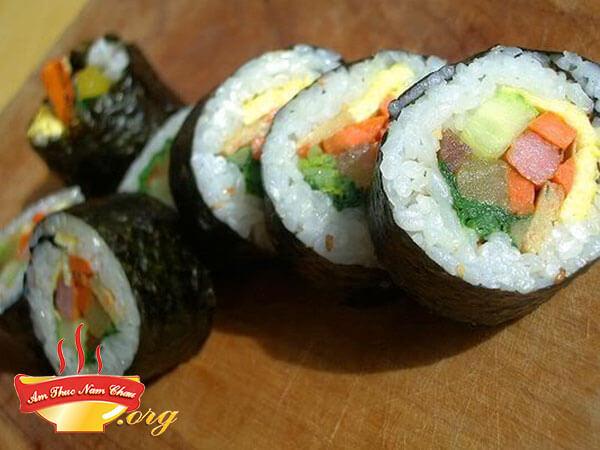 Cắt khúc và thưởng thức sushi
