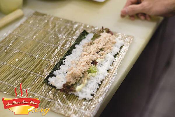 Bắt đầu cuộn sushi