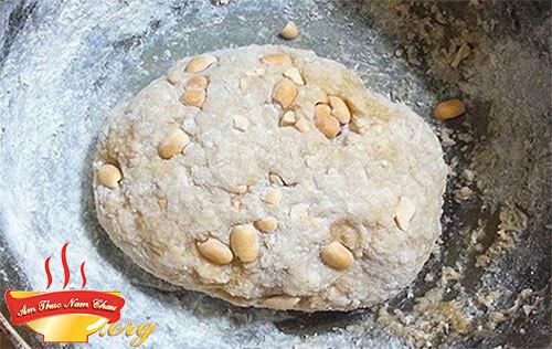 Rắc bột nếp khô còn thừa lên mặt phẳng