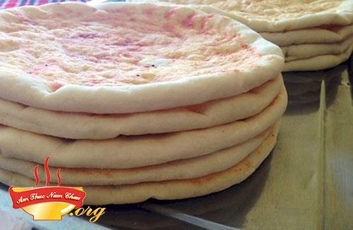 Làm đế pizza xúc xích