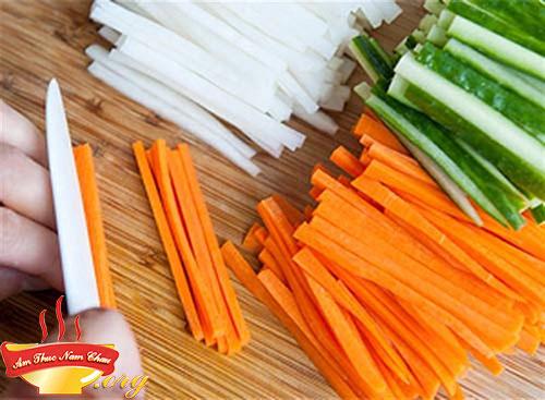 Su hào, cà rốt gọt vỏ rửa sạch sẽ
