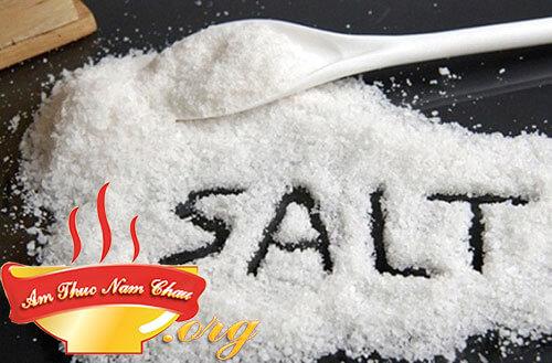 Kết hợp dầu ăn với một chút muối