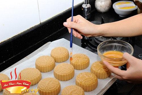 Dùng trứng phết lên bánh