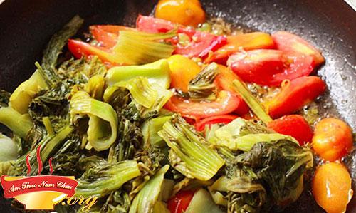 Cà chua các bạn cho lên trưng nát cùng 1 chút dầu ăn