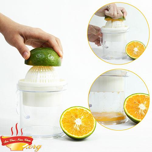 Dùng dụng cụ vắt nước cam