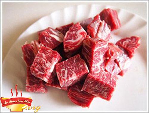 Thịt bò thái miếng khoảng 3cm