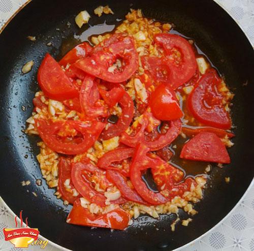 Xào cà chua để tạo màu