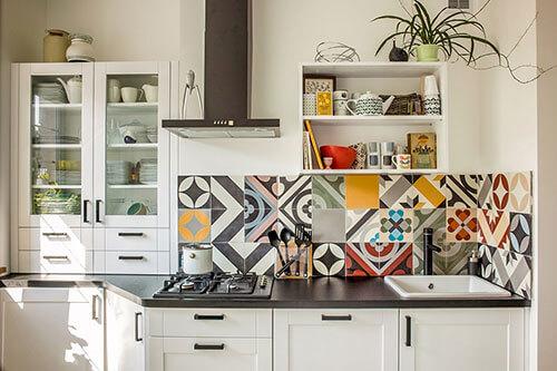 Cách trang trí nhà bếp đơn giản bằng hoa văn ấn tượng